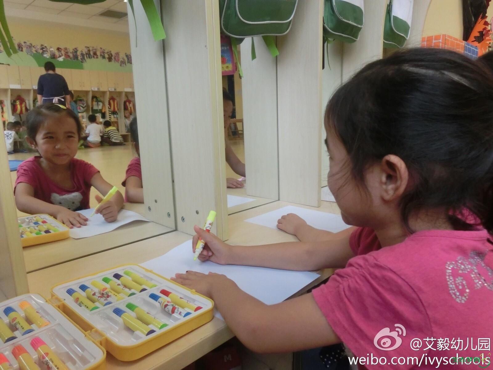 小朋友们照着镜子 画起了自画像 - 艾毅幼儿园 - 生态